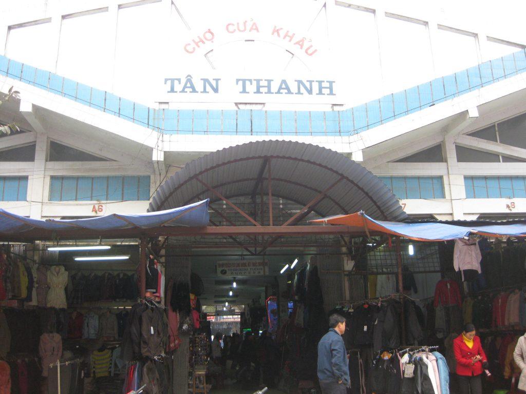 chợ Tân Thanh có nhiều mặt hàng quần áo thể thao lạ mắt