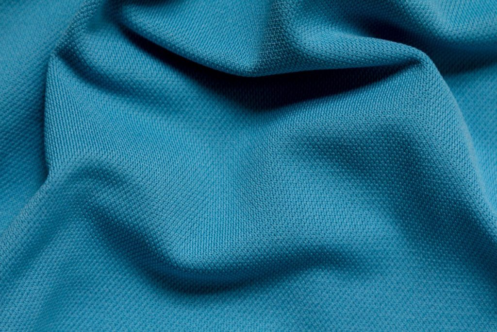 may quần áo thể thao bằng chất liệu polyester