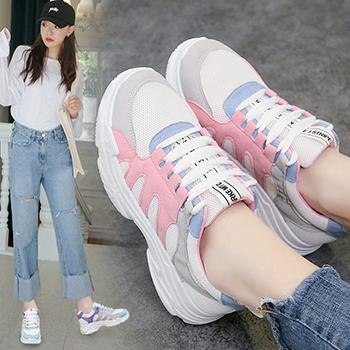 chọn giày thể thao có màu sắc hấp dẫn và bắt mắt